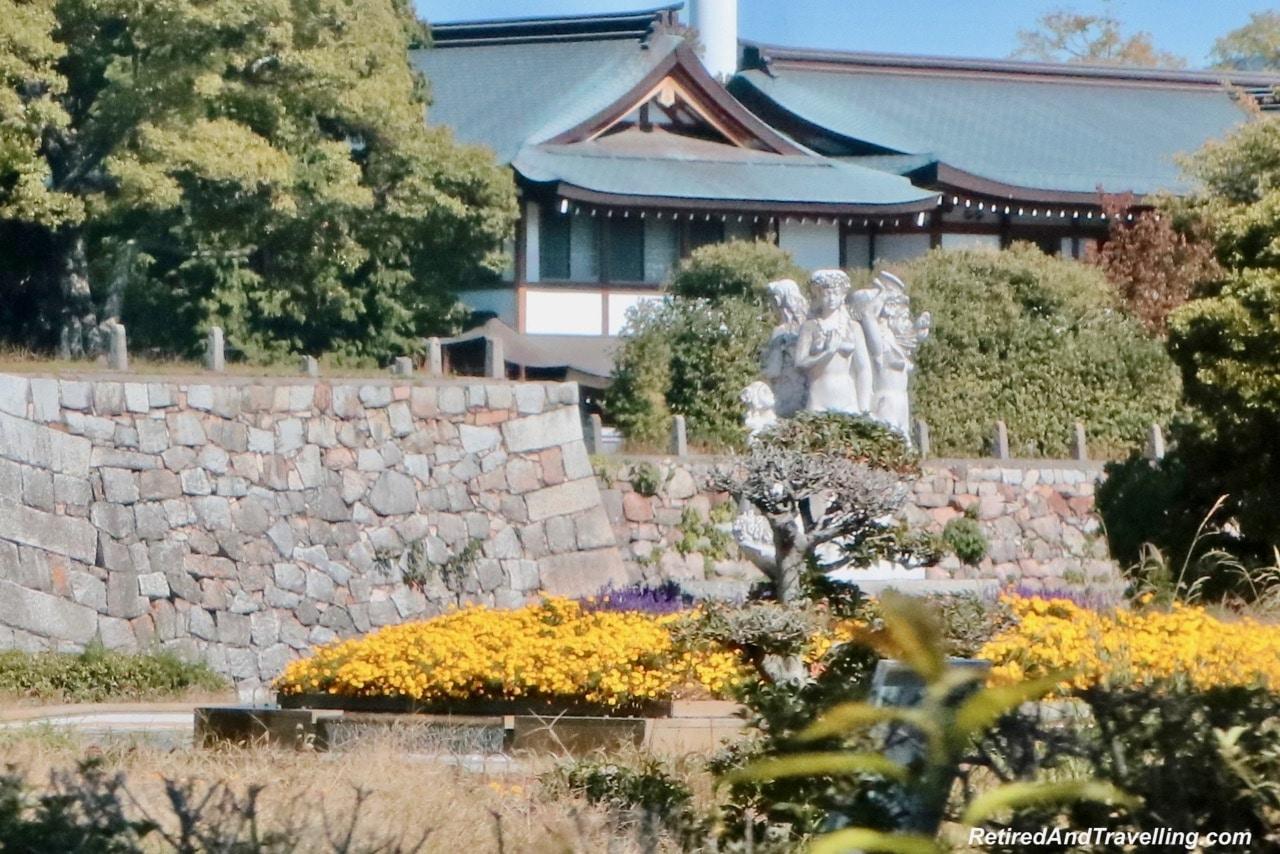 Hiroshima Castle Statues.jpg
